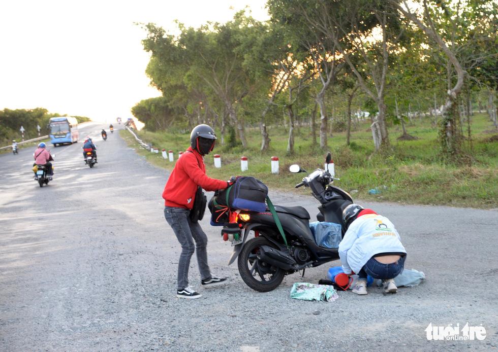 Muôn kiểu đường về quê bằng xe máy - Ảnh 13.