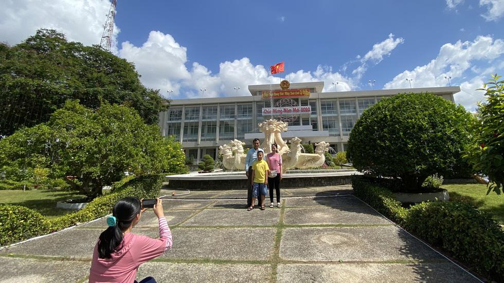 Mùng 1 tết, người dân check in UBND thành phố Cần Thơ - Ảnh 1.