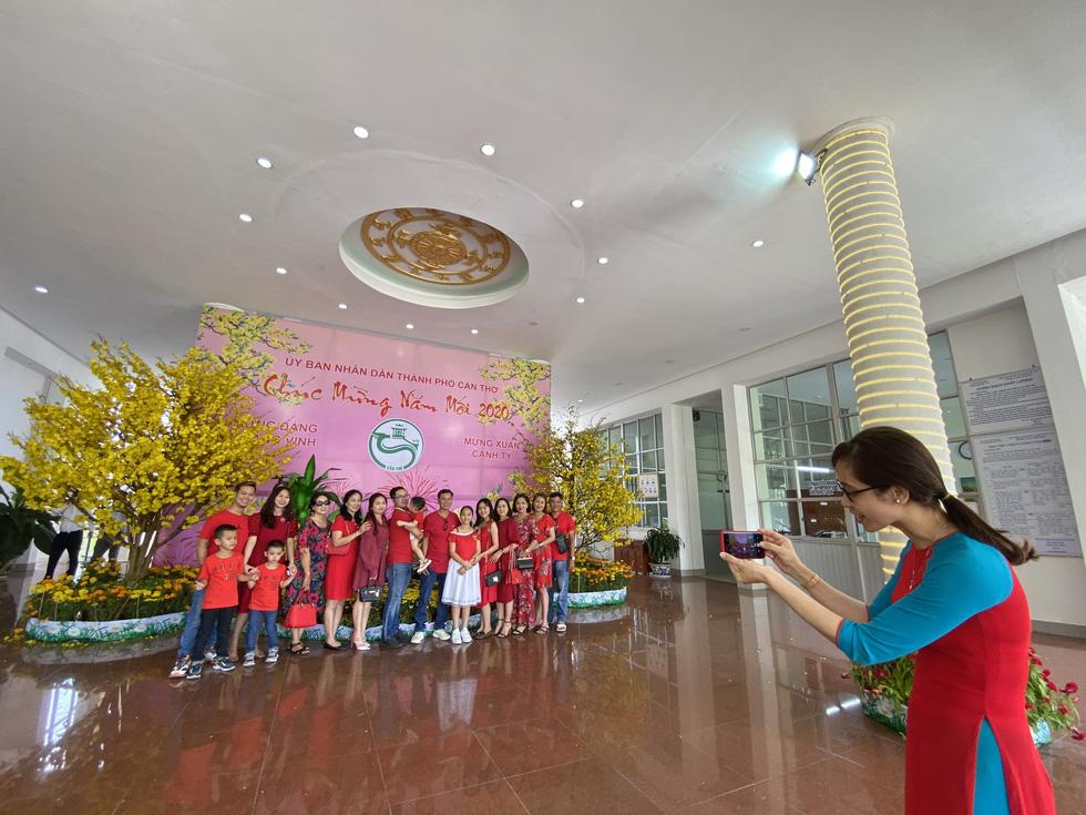 Mùng 1 tết, người dân check in UBND thành phố Cần Thơ - Ảnh 2.