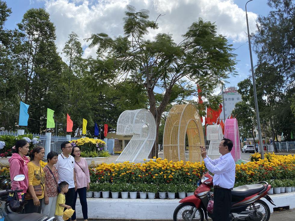 Mùng 1 tết, người dân check in UBND thành phố Cần Thơ - Ảnh 3.