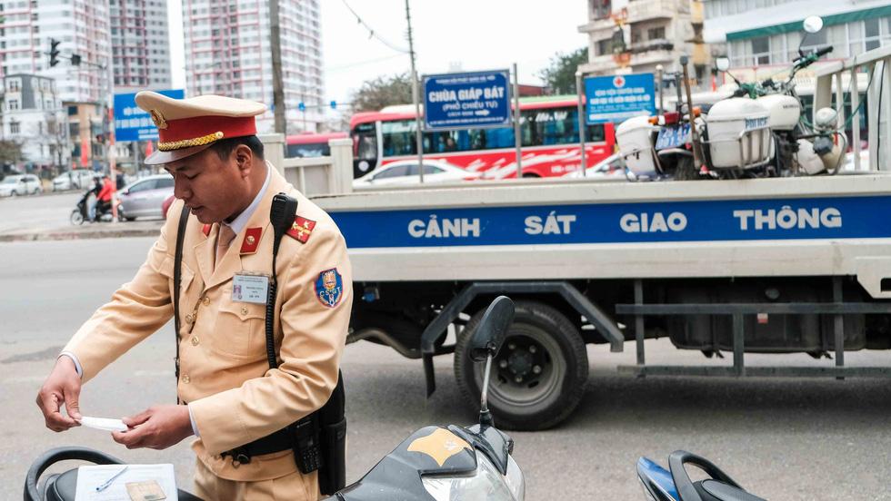 Cảnh sát giao thông ra quân kiểm tra nồng độ cồn ngày tết - Ảnh 2.