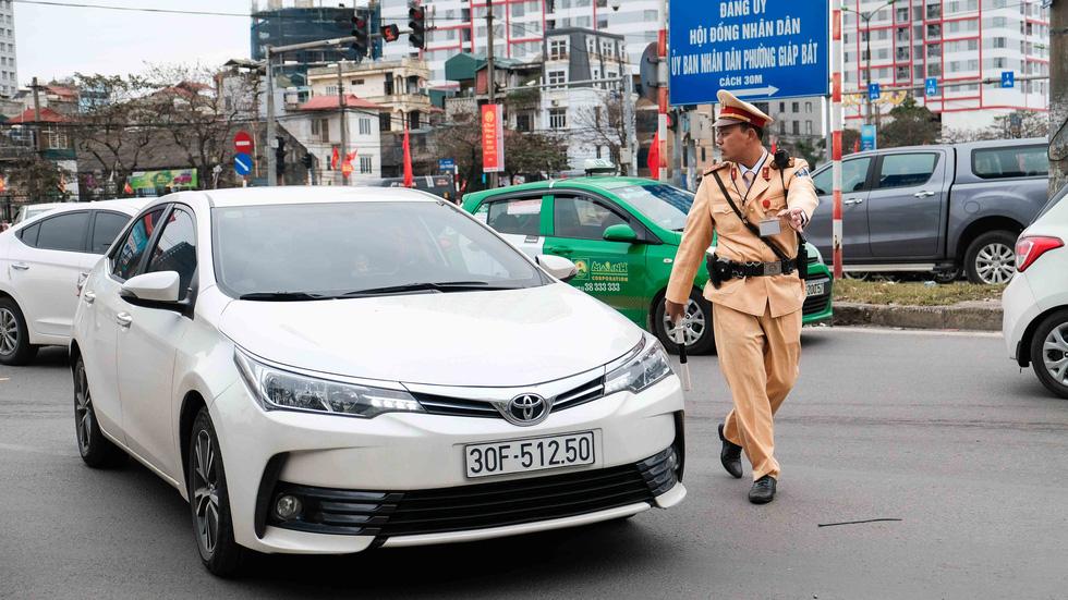Cảnh sát giao thông ra quân kiểm tra nồng độ cồn ngày tết - Ảnh 1.