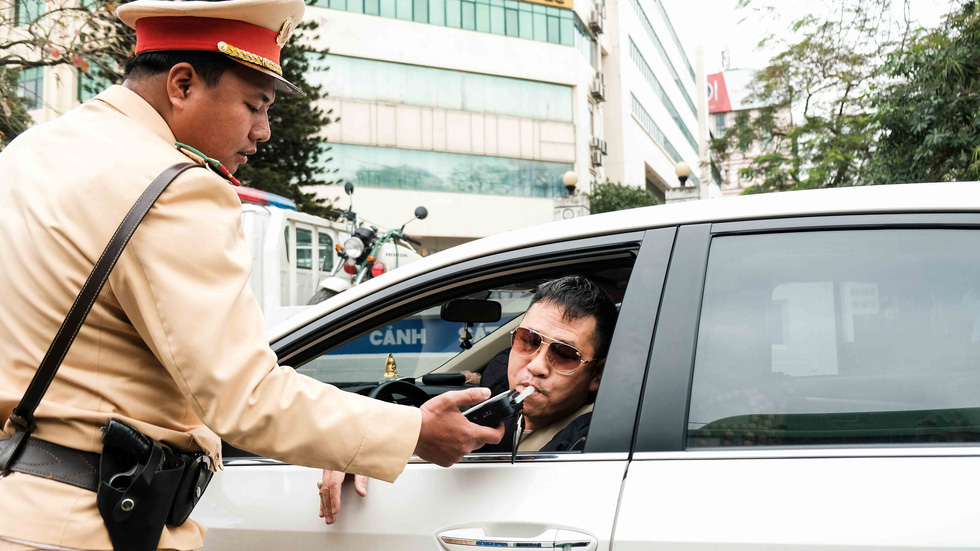Cảnh sát giao thông ra quân kiểm tra nồng độ cồn ngày tết - Ảnh 4.