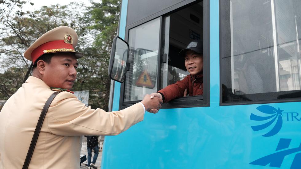 Cảnh sát giao thông ra quân kiểm tra nồng độ cồn ngày tết - Ảnh 7.