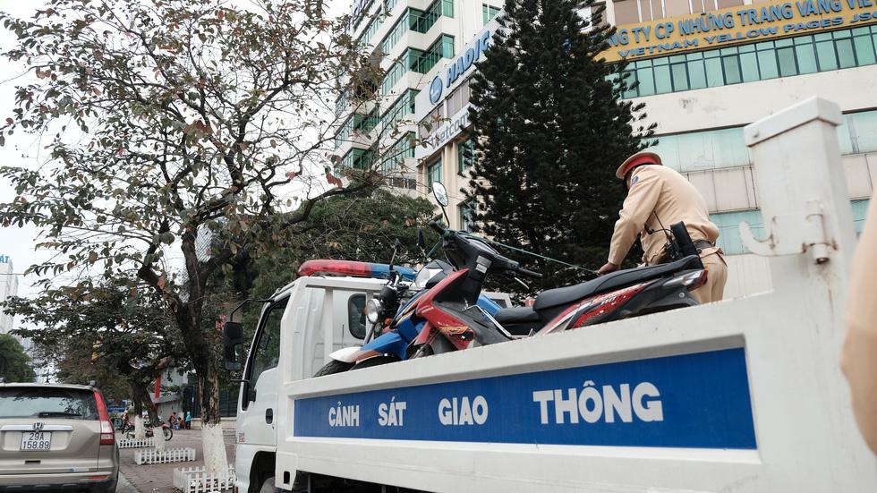 Cảnh sát giao thông ra quân kiểm tra nồng độ cồn ngày tết - Ảnh 8.