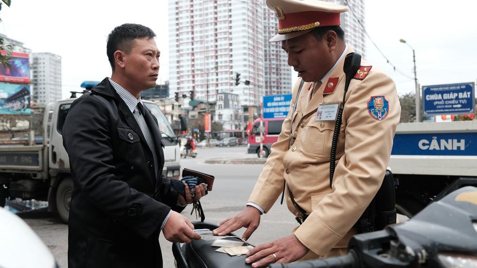 Cảnh sát giao thông ra quân kiểm tra nồng độ cồn ngày tết - Ảnh 6.