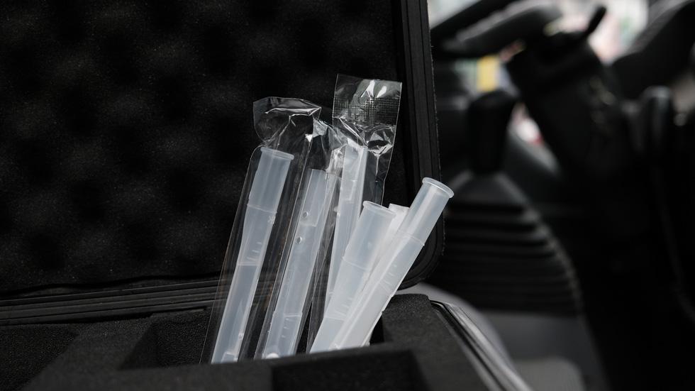 Cảnh sát giao thông ra quân kiểm tra nồng độ cồn ngày tết - Ảnh 3.