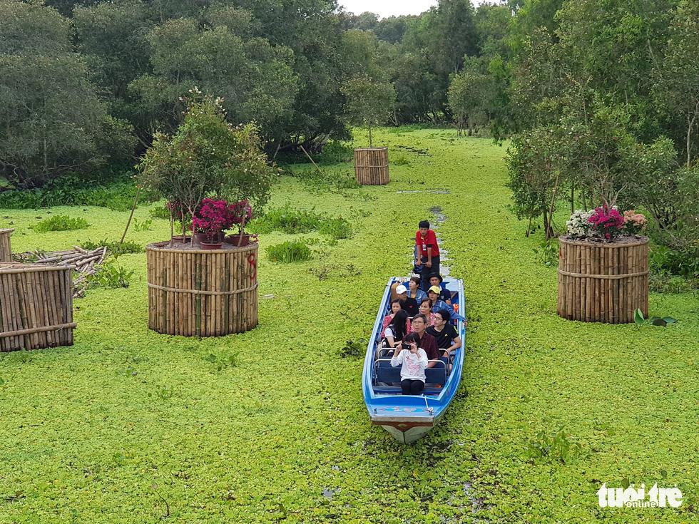 Khách đi cầu Tre dài nhất Việt Nam 10km, mỏi chân thì ăn buffet bánh tét, bánh bò - Ảnh 10.