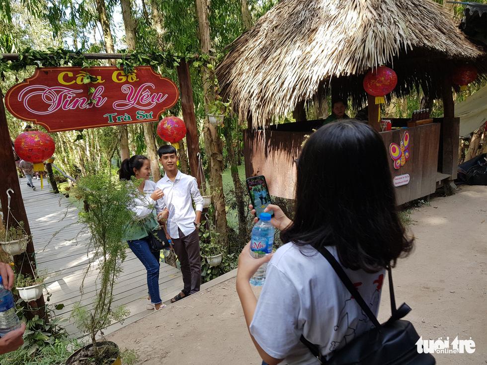 Khách đi cầu Tre dài nhất Việt Nam 10km, mỏi chân thì ăn buffet bánh tét, bánh bò - Ảnh 4.