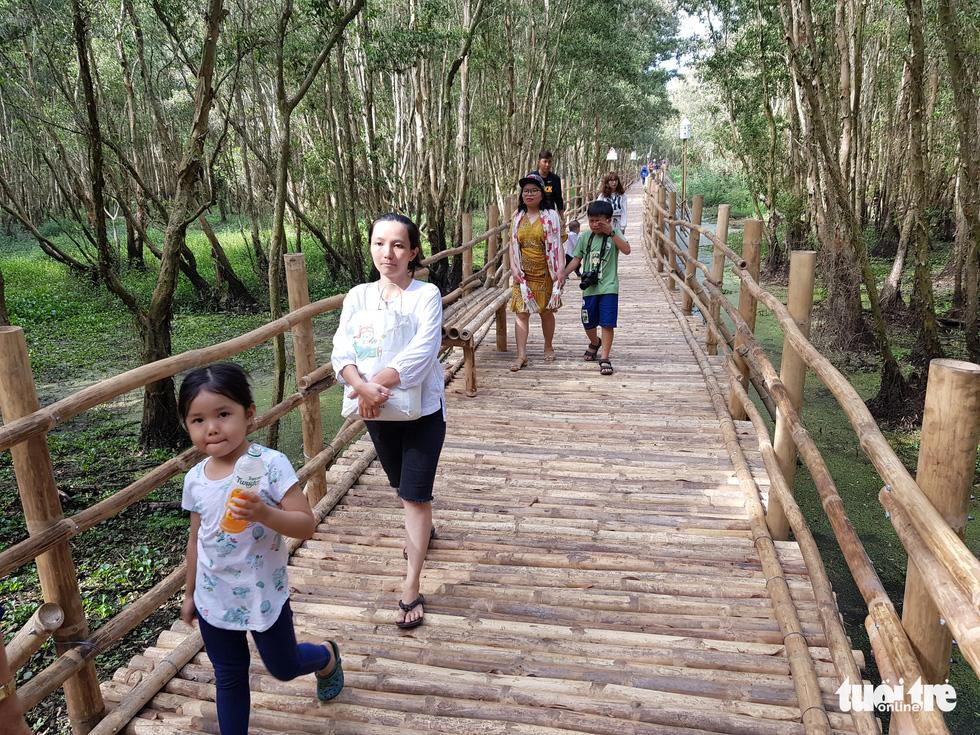 Khách đi cầu Tre dài nhất Việt Nam 10km, mỏi chân thì ăn buffet bánh tét, bánh bò - Ảnh 1.