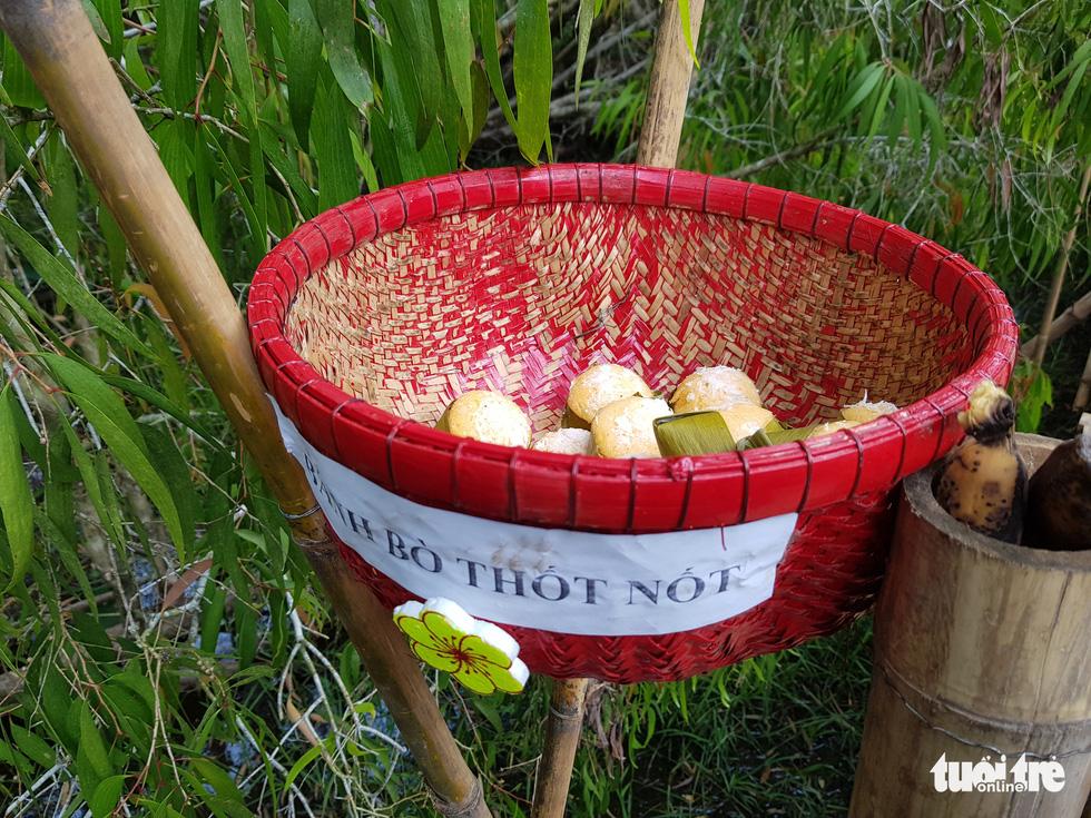 Khách đi cầu Tre dài nhất Việt Nam 10km, mỏi chân thì ăn buffet bánh tét, bánh bò - Ảnh 7.