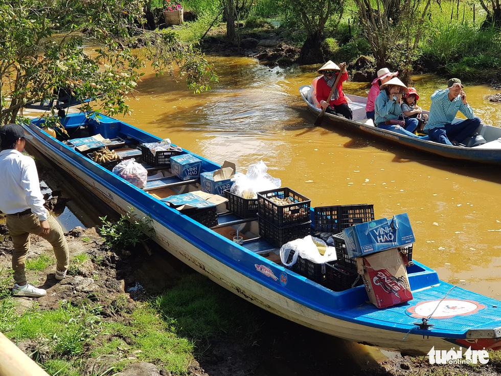 Khách đi cầu Tre dài nhất Việt Nam 10km, mỏi chân thì ăn buffet bánh tét, bánh bò - Ảnh 11.