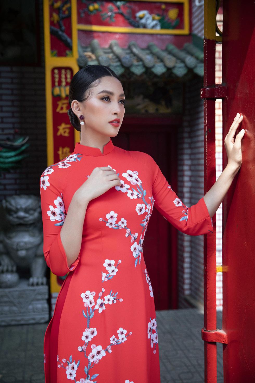 Ngắm Hoa hậu Tiểu Vy trong những tà áo dài sắc hồng, đỏ du xuân - Ảnh 5.