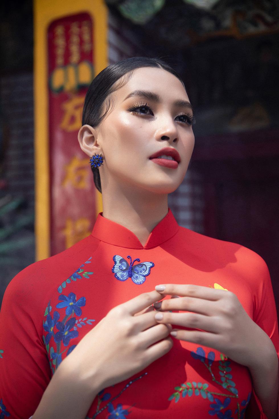 Ngắm Hoa hậu Tiểu Vy trong những tà áo dài sắc hồng, đỏ du xuân - Ảnh 9.