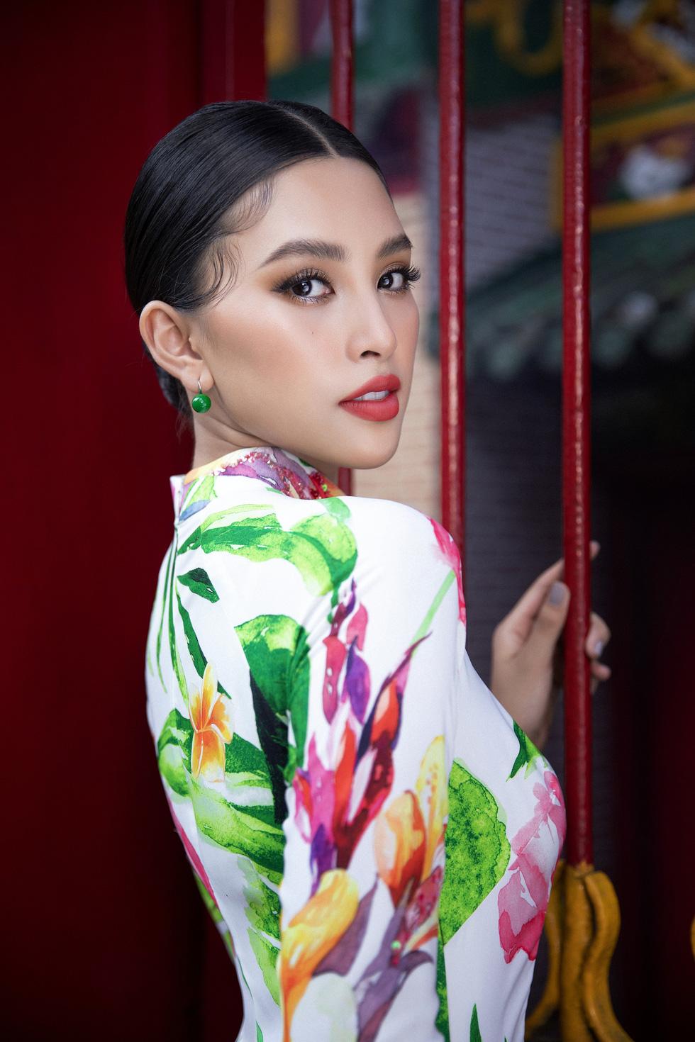Ngắm Hoa hậu Tiểu Vy trong những tà áo dài sắc hồng, đỏ du xuân - Ảnh 7.