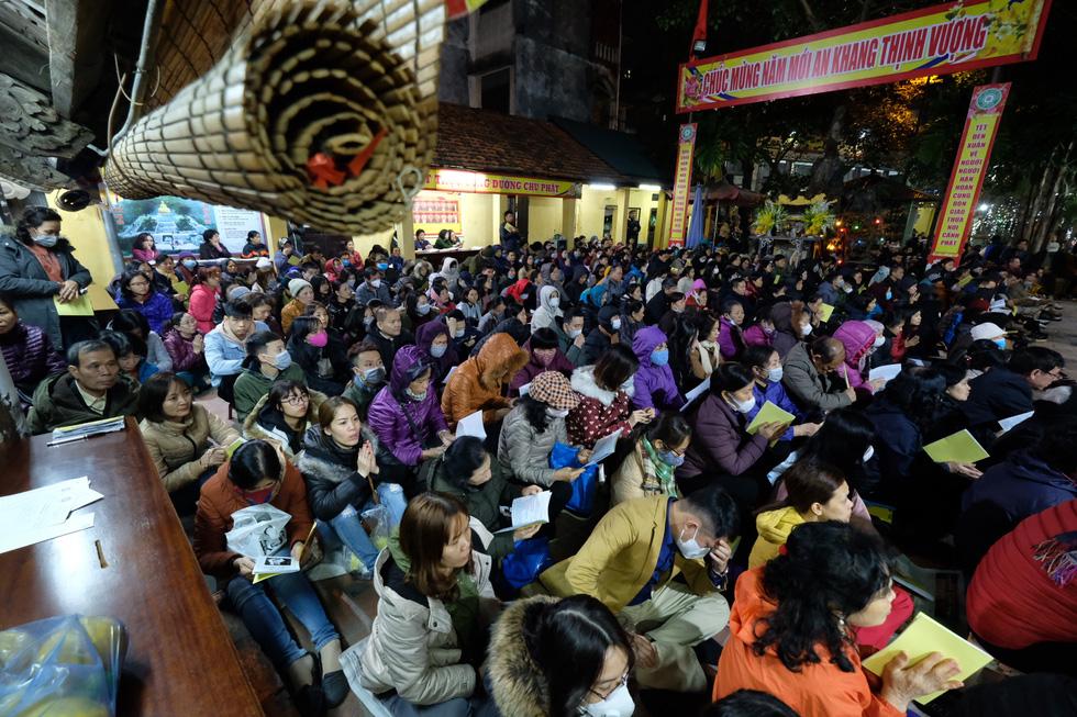 Bỏ dâng sao giải hạn và lo virus corona, lễ cầu an ở chùa Phúc Khánh trật tự không ngờ - Ảnh 5.