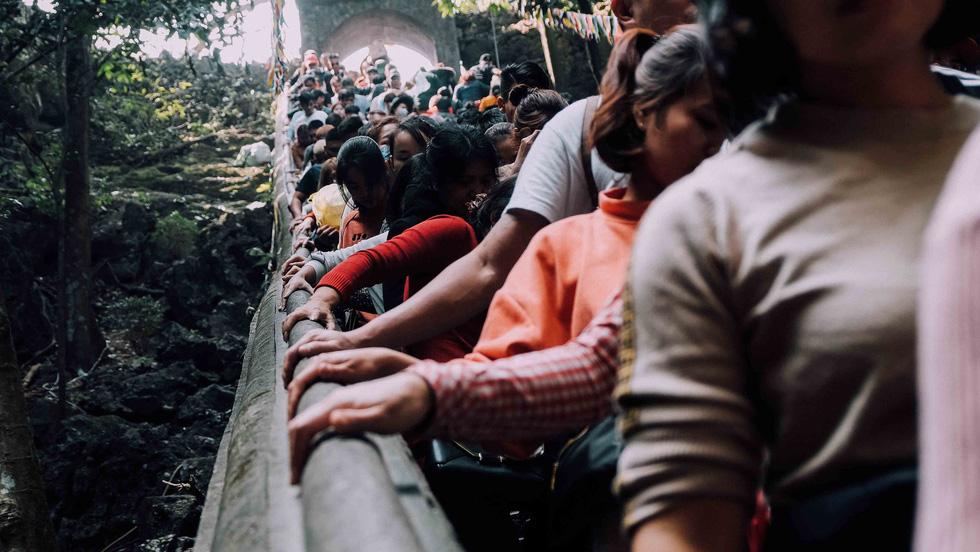 Dân vẫn kéo về khai hội chùa Hương bất chấp virus corona - Ảnh 5.