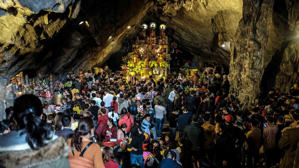 Dân vẫn kéo về khai hội chùa Hương bất chấp virus corona - Ảnh 1.