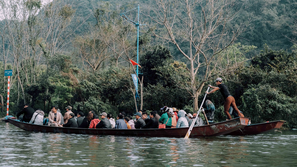 Dân vẫn kéo về khai hội chùa Hương bất chấp virus corona - Ảnh 6.