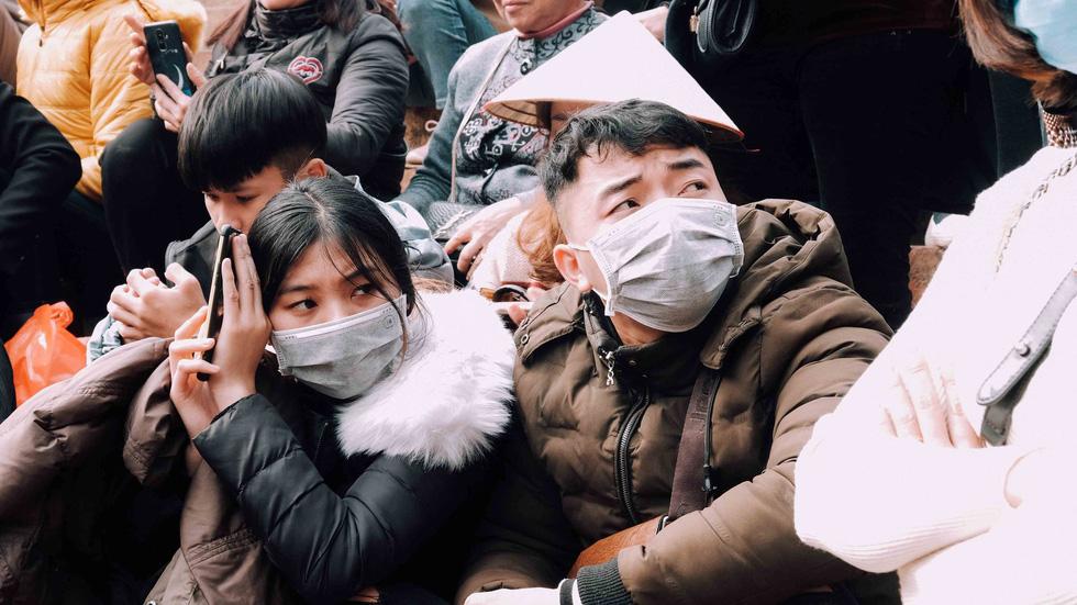 Dân vẫn kéo về khai hội chùa Hương bất chấp virus corona - Ảnh 2.