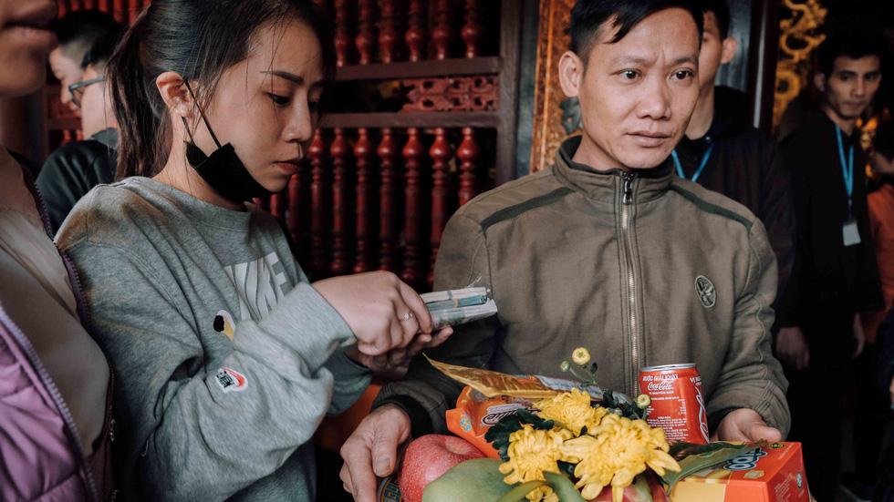 Dân vẫn kéo về khai hội chùa Hương bất chấp virus corona - Ảnh 8.