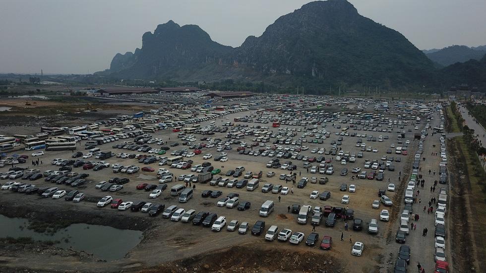 Du khách hài hước đổi tên chùa Tam Chúc thành Chen Chúc vì quá tải - Ảnh 4.