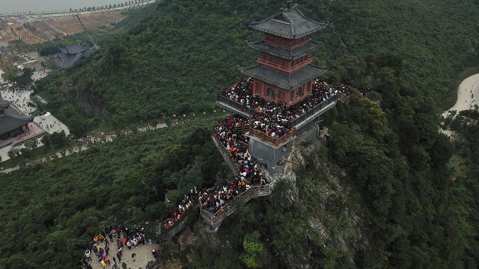 Du khách hài hước đổi tên chùa Tam Chúc thành Chen Chúc vì quá tải - Ảnh 5.