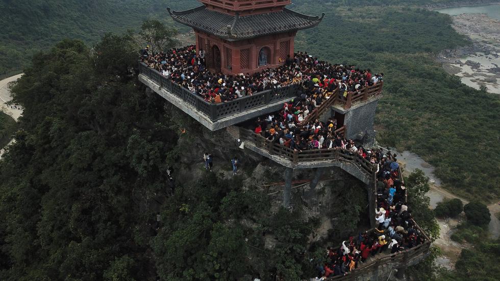 Du khách hài hước đổi tên chùa Tam Chúc thành Chen Chúc vì quá tải - Ảnh 1.