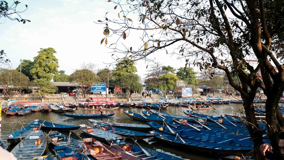 Dân vẫn kéo về khai hội chùa Hương bất chấp virus corona - Ảnh 4.