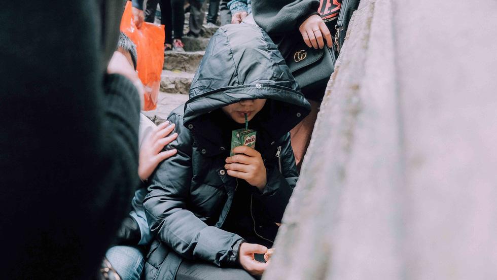 Dân vẫn kéo về khai hội chùa Hương bất chấp virus corona - Ảnh 10.