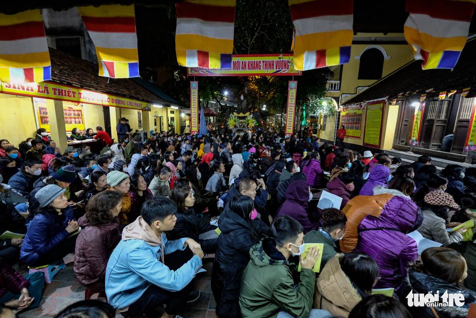 Bỏ dâng sao giải hạn và lo virus corona, lễ cầu an ở chùa Phúc Khánh trật tự không ngờ - Ảnh 9.
