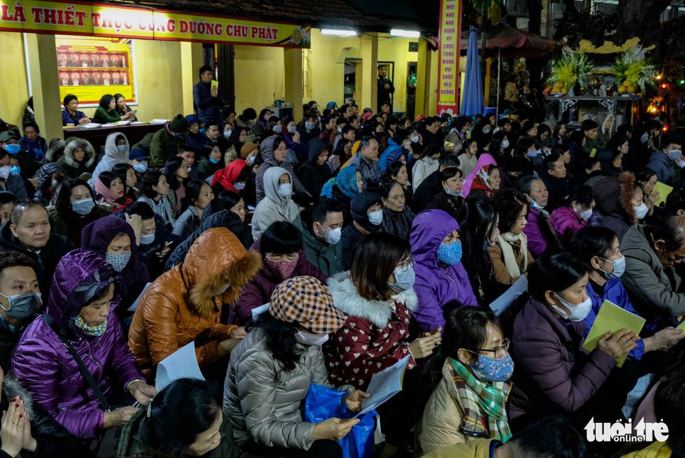 Bỏ dâng sao giải hạn và lo virus corona, lễ cầu an ở chùa Phúc Khánh trật tự không ngờ - Ảnh 10.