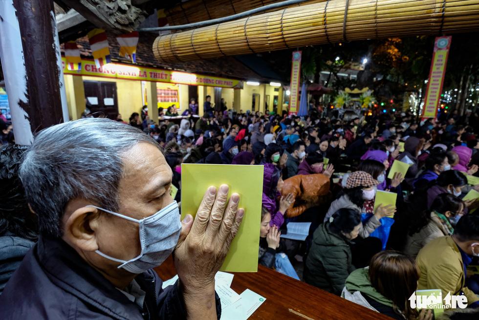 Bỏ dâng sao giải hạn và lo virus corona, lễ cầu an ở chùa Phúc Khánh trật tự không ngờ - Ảnh 1.