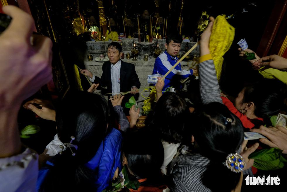 Hội Gióng ở đền Sóc: Một tay đưa tiền lễ, một tay xin tán lộc - Ảnh 9.