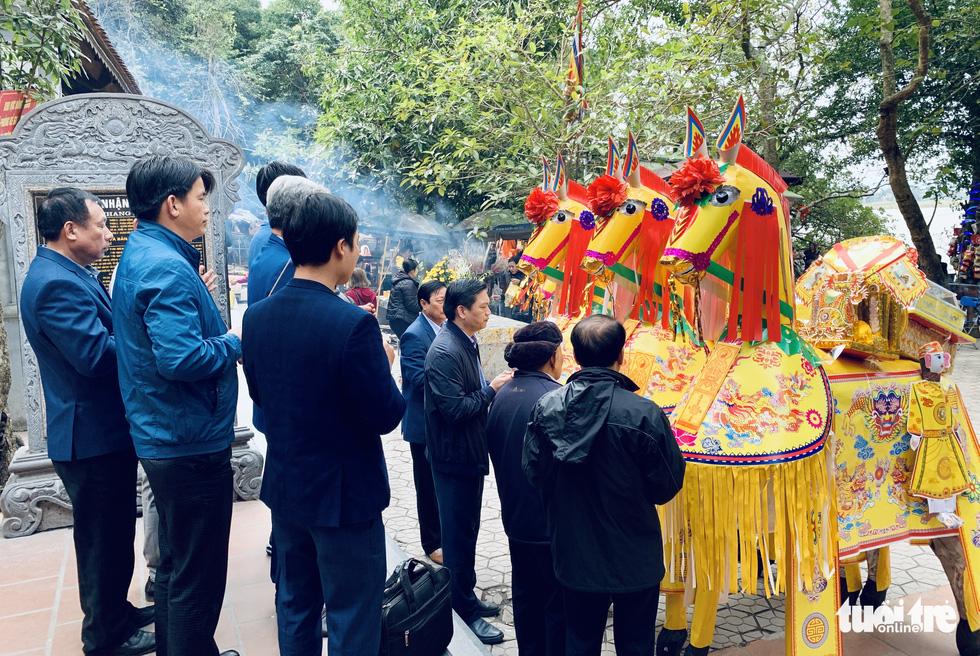 Đi lễ đền ông Hoàng Mười, đền chợ Củi đầu năm: Dân đốt tiền triệu vàng mã - Ảnh 6.
