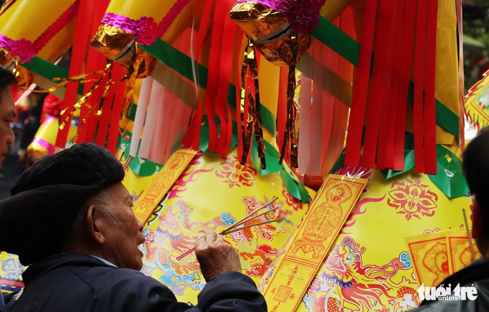 Đi lễ đền ông Hoàng Mười, đền chợ Củi đầu năm: Dân đốt tiền triệu vàng mã - Ảnh 7.