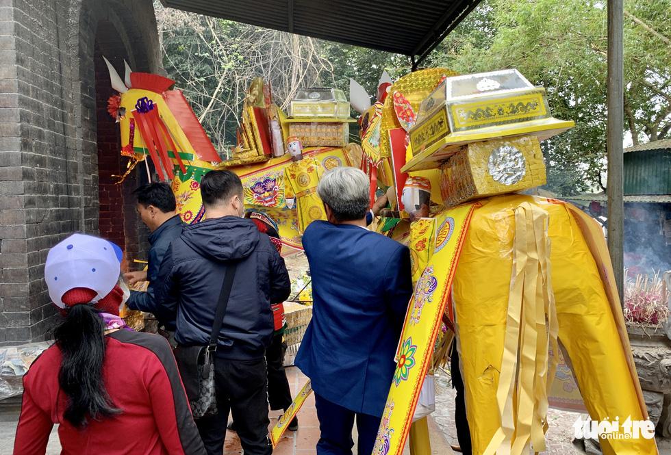 Đi lễ đền ông Hoàng Mười, đền chợ Củi đầu năm: Dân đốt tiền triệu vàng mã - Ảnh 8.