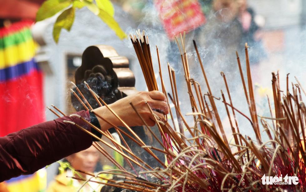 Đi lễ đền ông Hoàng Mười, đền chợ Củi đầu năm: Dân đốt tiền triệu vàng mã - Ảnh 9.
