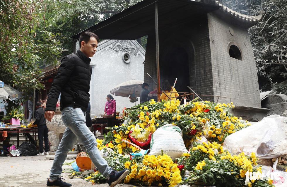 Đi lễ đền ông Hoàng Mười, đền chợ Củi đầu năm: Dân đốt tiền triệu vàng mã - Ảnh 10.