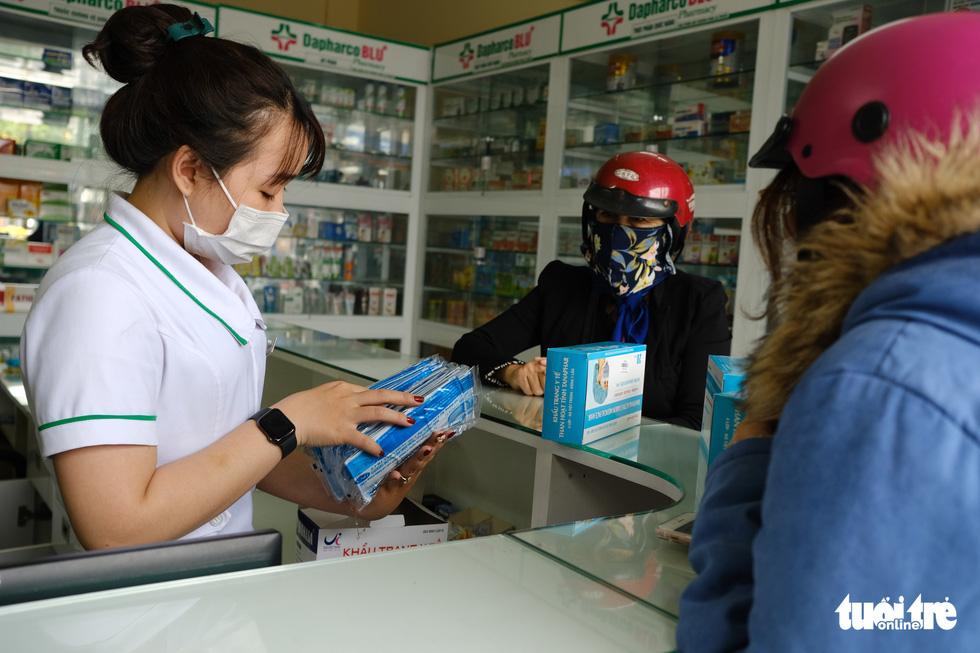 Khẩu trang y tế, nước rửa tay loạn giá, cháy hàng vì virus corona - Ảnh 10.