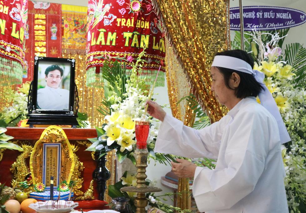 Các nghệ sĩ nghẹn ngào chia tay tài tử Nguyễn Chánh Tín - Ảnh 4.