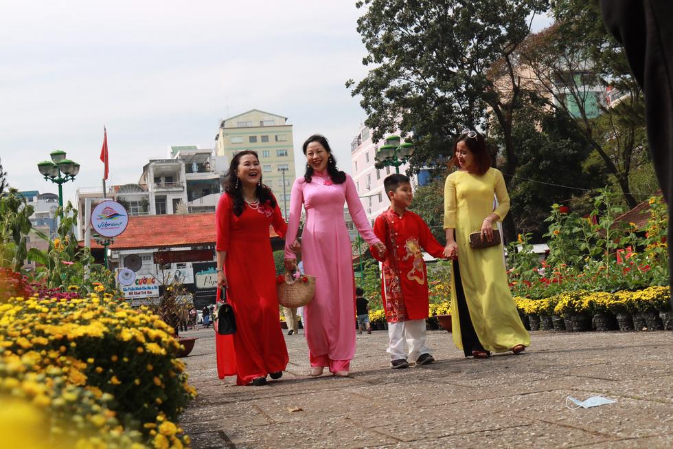 Người Việt nhìn chung thích mặc màu vàng hoặc đỏ trong 3 ngày Tết - Ảnh 8.