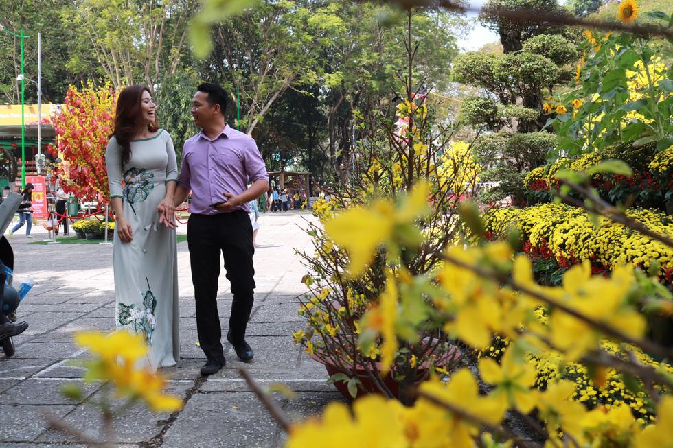 Người Việt nhìn chung thích mặc màu vàng hoặc đỏ trong 3 ngày Tết - Ảnh 7.