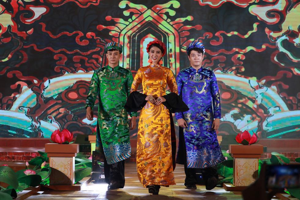 Người Việt nhìn chung thích mặc màu vàng hoặc đỏ trong 3 ngày Tết - Ảnh 2.