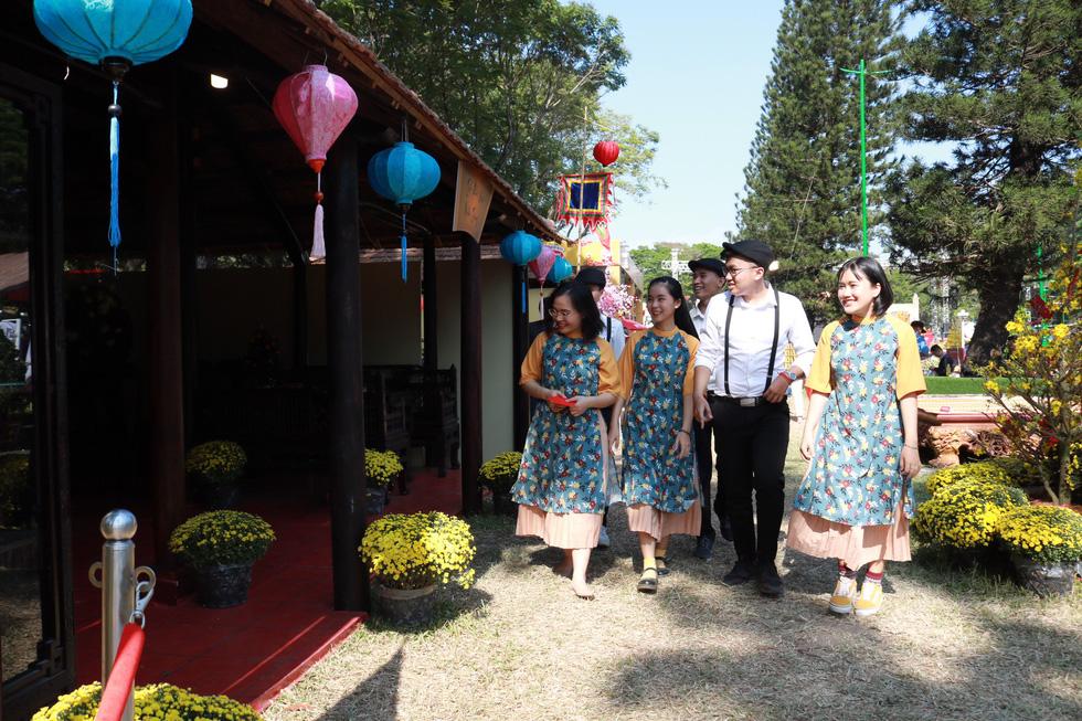 Người Việt nhìn chung thích mặc màu vàng hoặc đỏ trong 3 ngày Tết - Ảnh 3.