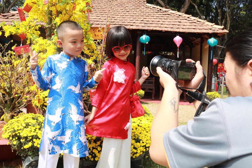 Người Việt nhìn chung thích mặc màu vàng hoặc đỏ trong 3 ngày Tết - Ảnh 4.