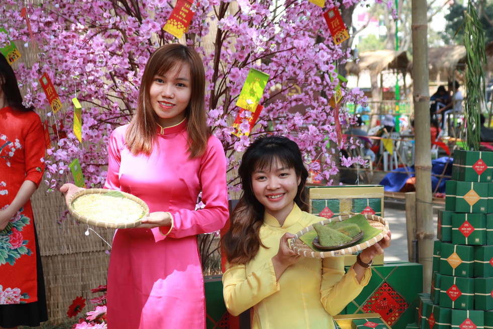 Người Việt nhìn chung thích mặc màu vàng hoặc đỏ trong 3 ngày Tết - Ảnh 10.