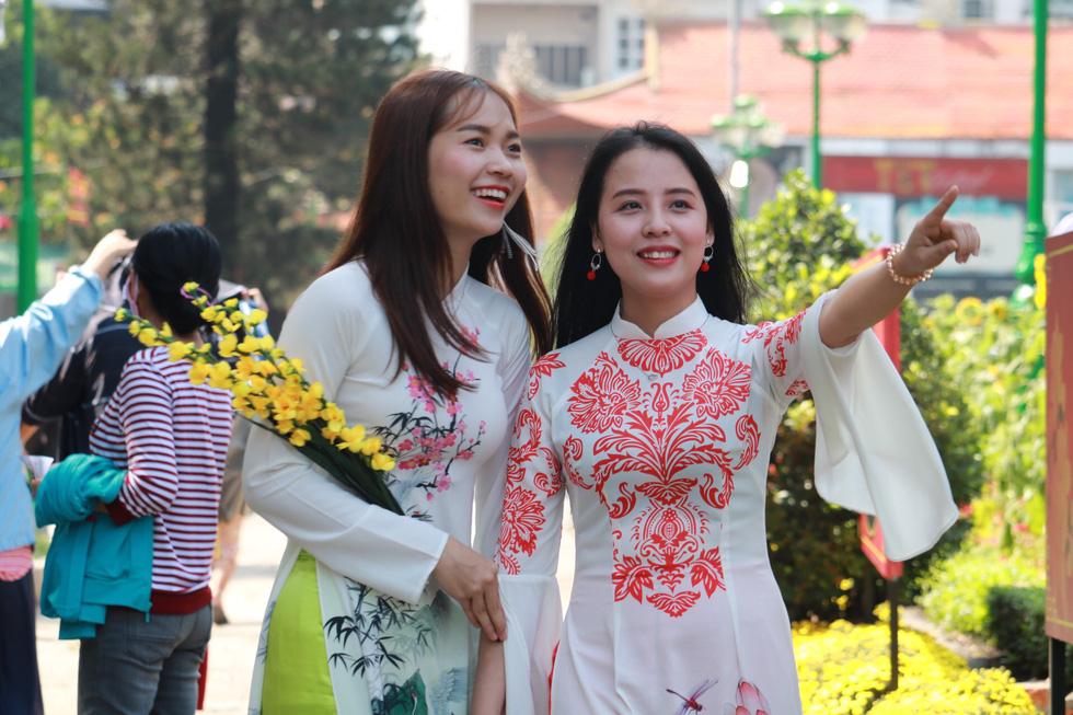 Người Việt nhìn chung thích mặc màu vàng hoặc đỏ trong 3 ngày Tết - Ảnh 11.