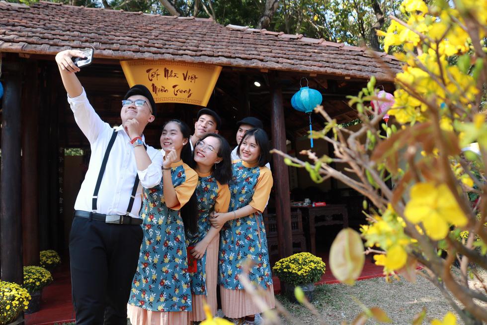 Người Việt nhìn chung thích mặc màu vàng hoặc đỏ trong 3 ngày Tết - Ảnh 9.
