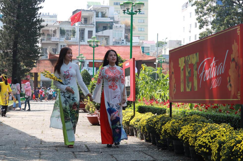 Người Việt nhìn chung thích mặc màu vàng hoặc đỏ trong 3 ngày Tết - Ảnh 1.